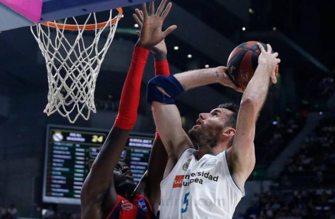 Rudy Fernández del Real Madrid penetra a canasta ante Ilimane Diop, de Baskonia, durante la final ACB 2018